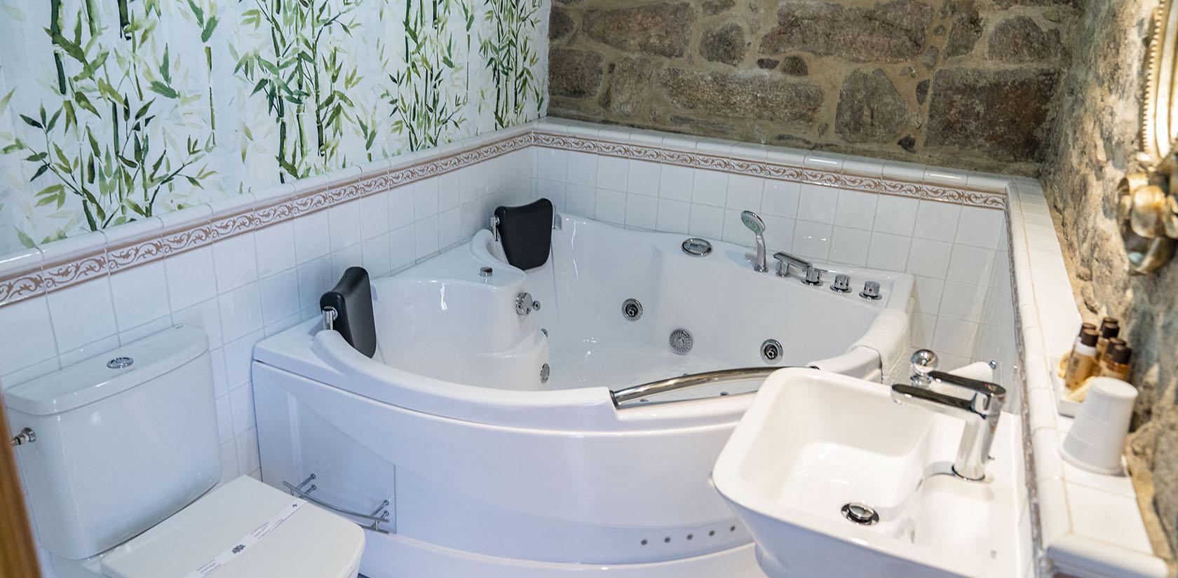 Habitación Cortegada, detalle del baño con su bañera de hidromasaje
