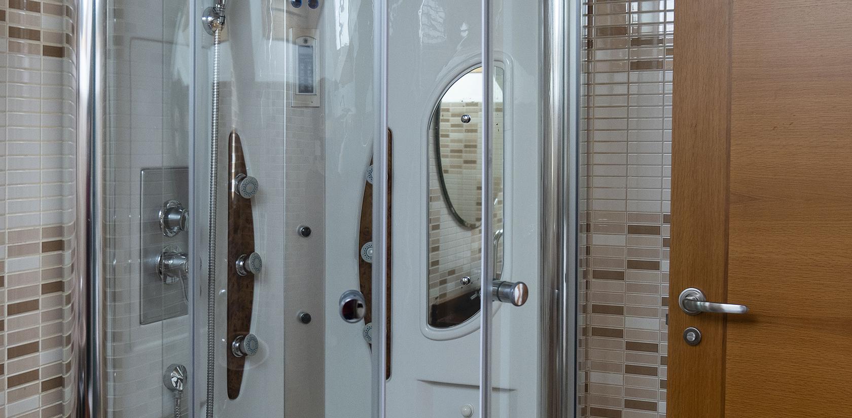 Habitación Briñas, detalle del baño, ducha de hidromasaje