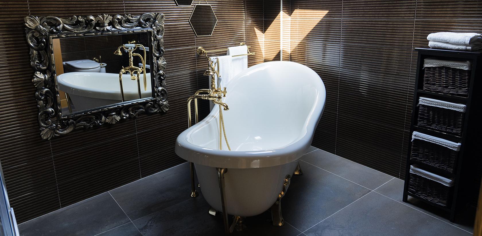 Habitación Malveiras, detalle del baño, bañera exenta de patas